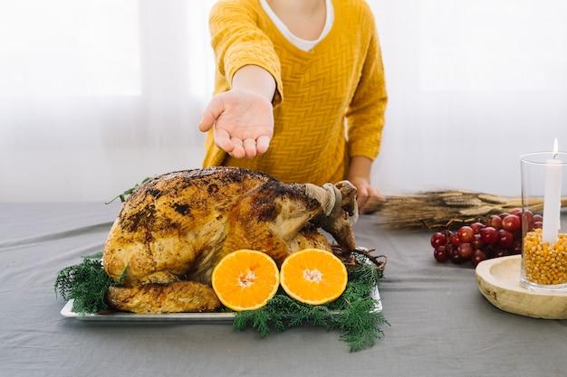 Plats de thanksgiving avec une femme qui tend la main