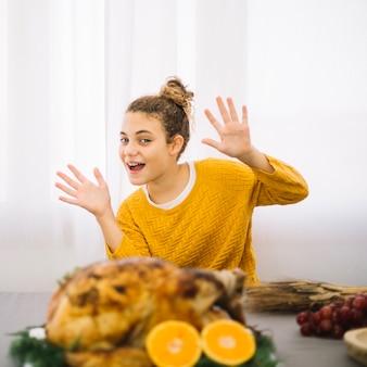 Plats de thanksgiving avec une jeune femme