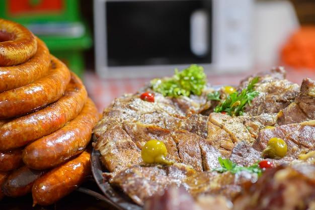 Plats traditionnels d'abattage de porc hongrois, saucisses frites et rôti de porc