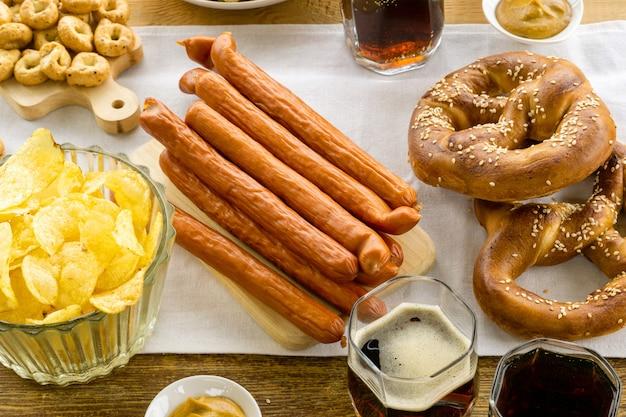 Plats traditionnels pour la fête de l'oktober. bretzels, saucisses et bière allemandes