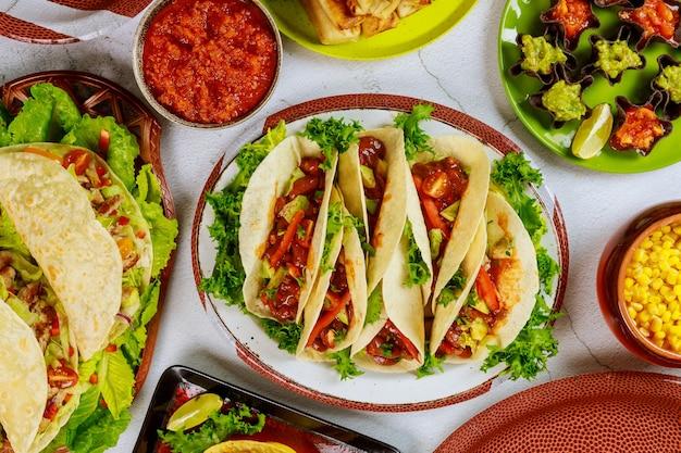 Plats traditionnels de tortillas de maïs, coquilles de tacos avec salsa. cuisine latine.