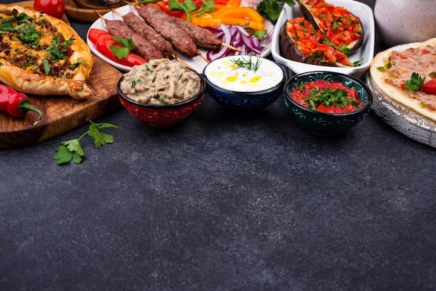 Plats traditionnels turcs ou du moyen-orient. kebab, meze, pide, lahmajoun, thé et café