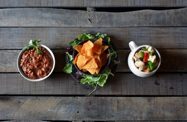 Plats typiques du guacamole mexicain, piment avec viande, poulet, légumes et nachos
