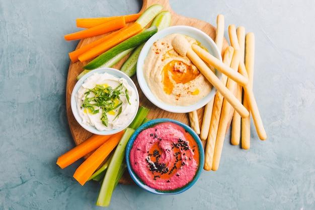 Plats végétariens frais dans de petits bols sur table