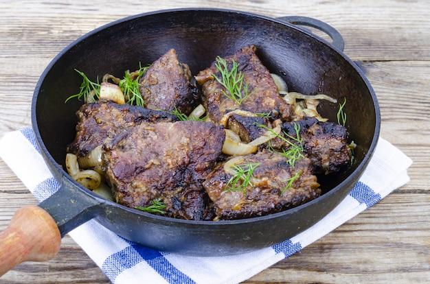 Plats de viande de foie. bœuf frit, foie de veau à la poêle.