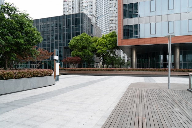 La plaza et le bâtiment faisant partie du centre financier international de shanghai, chine