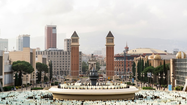 Plaza de espana, les tours vénitiennes, fontaine, vue depuis le palau nacional à barcelone, espagne