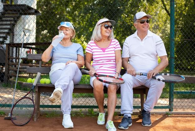 Plein d'amis assis sur un banc