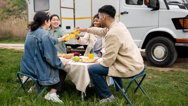 Plein d'amis mangeant ensemble