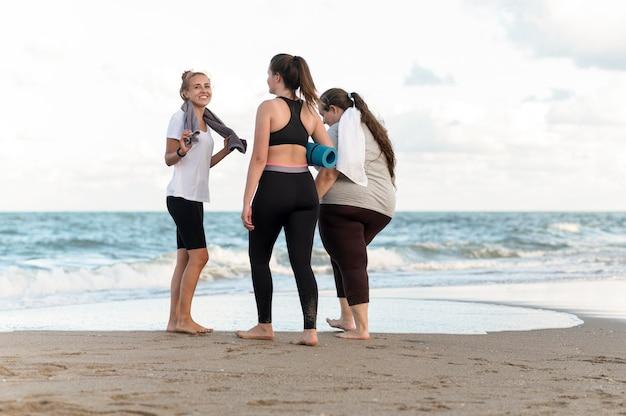 Plein d'amis sur le rivage