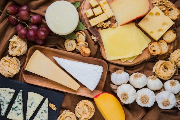 Plein cadre de fromage vif et ingrédients avec des raisins