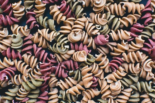 Plein cadre de pâtes colorées fusili