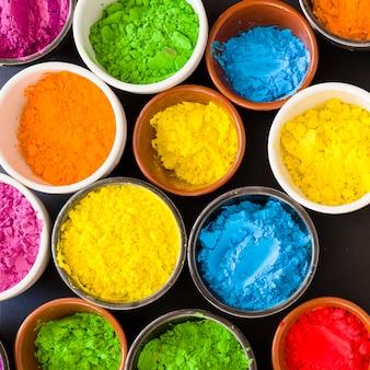 Plein cadre de poudre de couleur dans le bol