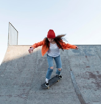 Plein coup adolescente patinage