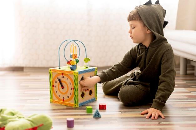 Plein coup enfant jouant avec boîte
