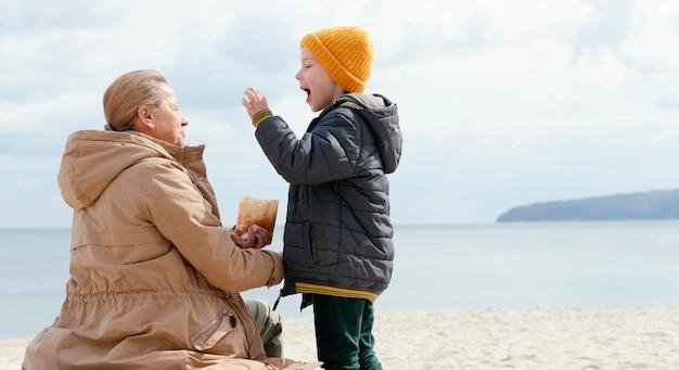 Plein coup femme et enfant à la plage