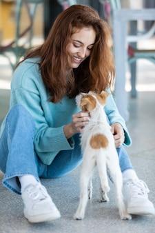 Plein coup de femme jouant avec un chien mignon