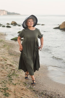 Plein coup, femme, marche, plage