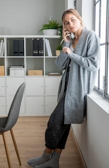 Plein coup de femme parlant au téléphone
