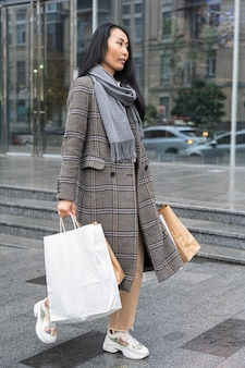 Plein coup, femme, porter, sacs provisions