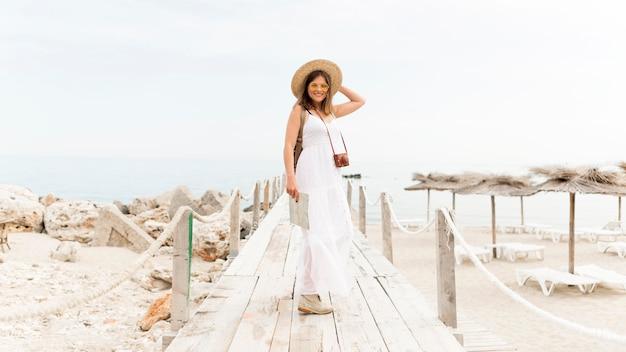 Plein coup femme posant sur la plage