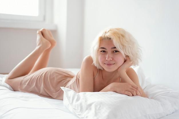 Plein coup, femme, pose, dans lit