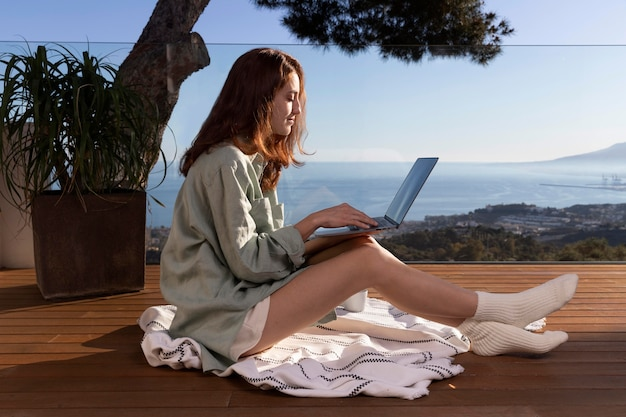 Plein coup, femme, tenue, ordinateur portable