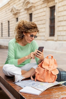 Plein coup, femme, tenue, smartphone
