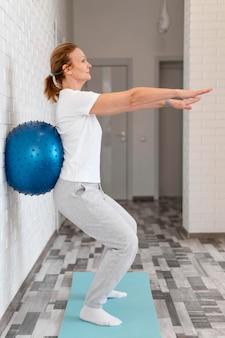 Plein coup femme travaillant avec ballon