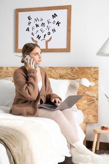 Plein coup, femme, travailler, ordinateur portable