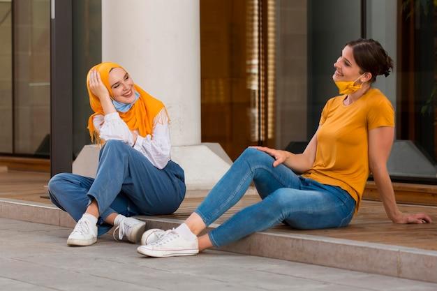 Plein coup de femmes heureuses discutant