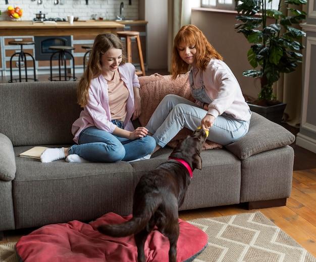 Plein coup de femmes jouant avec un chien