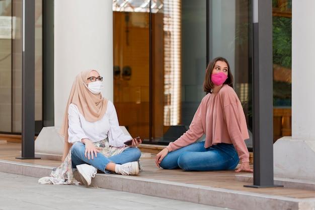 Plein coup de femmes avec des masques à l'extérieur