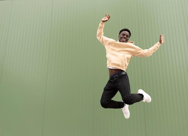 Plein coup heureux adolescent sautant