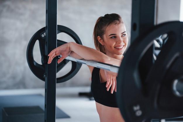 Plein d'énergie. superbe femme blonde dans la salle de gym pendant son week-end