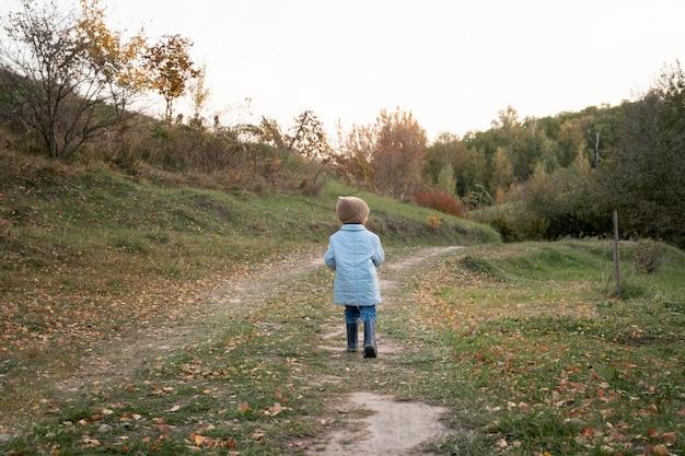 Plein d'enfant dans la nature