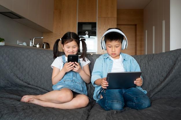 Plein d'enfants avec des appareils