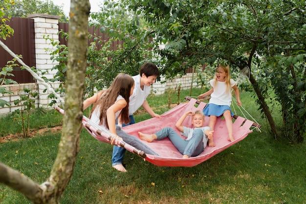 Plein d'enfants sur un hamac