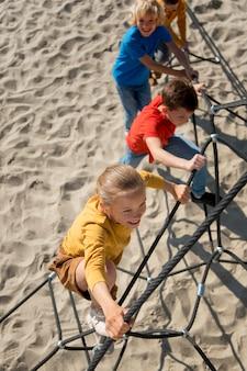 Plein d'enfants heureux à l'extérieur