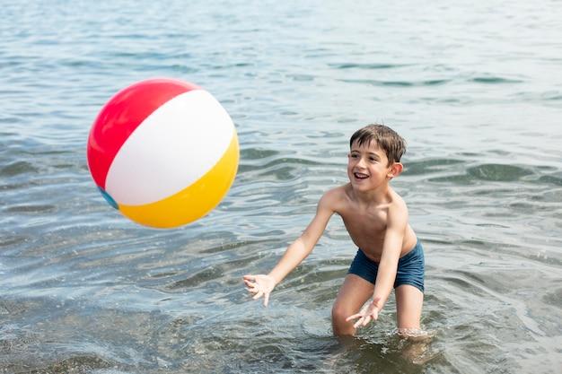 Plein d'enfants jouant avec le ballon