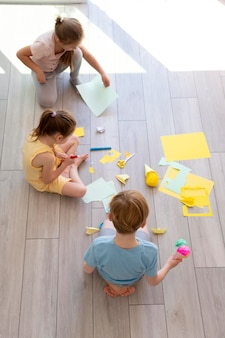 Plein d'enfants jouant avec du papier