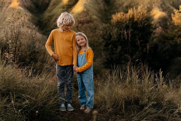 Plein d'enfants souriants dans la nature