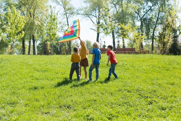 Plein d'enfants travaillant en équipe