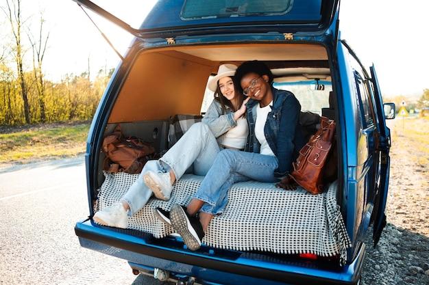 Plein de femmes heureuses assises dans une camionnette