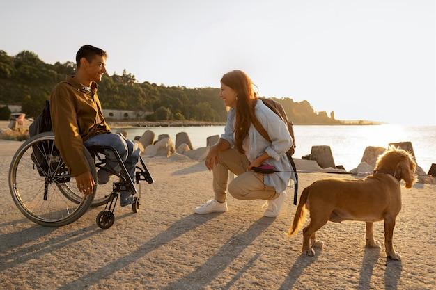 Plein de gens heureux avec un chien