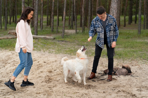 Plein de gens jouant avec un chien