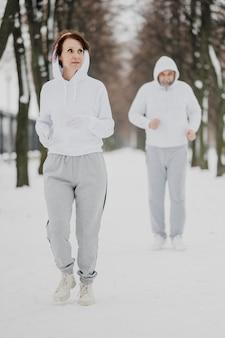Plein de gens qui courent à l'extérieur