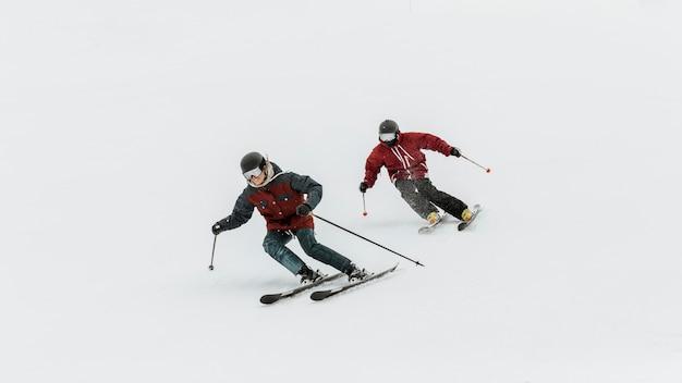 Plein de gens skier ensemble