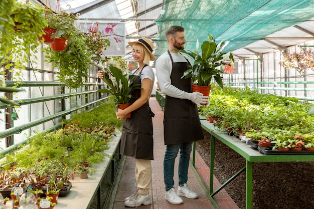 Plein de gens tenant des plantes
