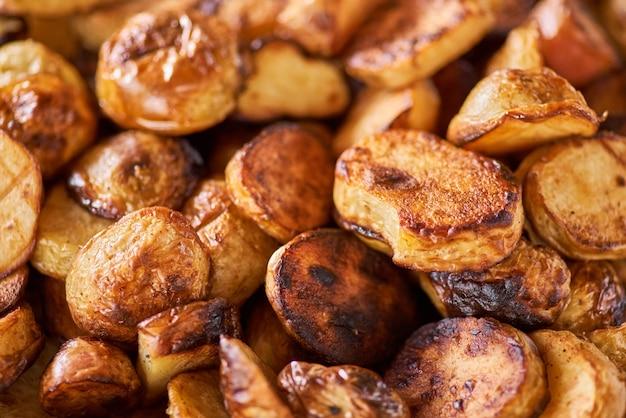 Plein de quartiers de pommes de terre frites, photo de pommes de terre en arrière-plan